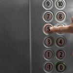 エレベーターの階数ボタンをキャンセルする方法