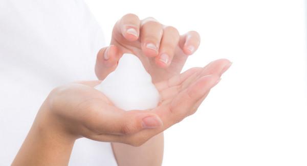洗顔フォームの泡で洗う