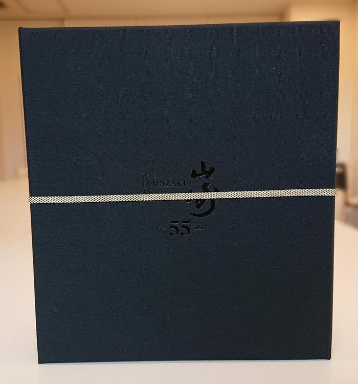 帯の付いたキャンバス素材の黒い箱