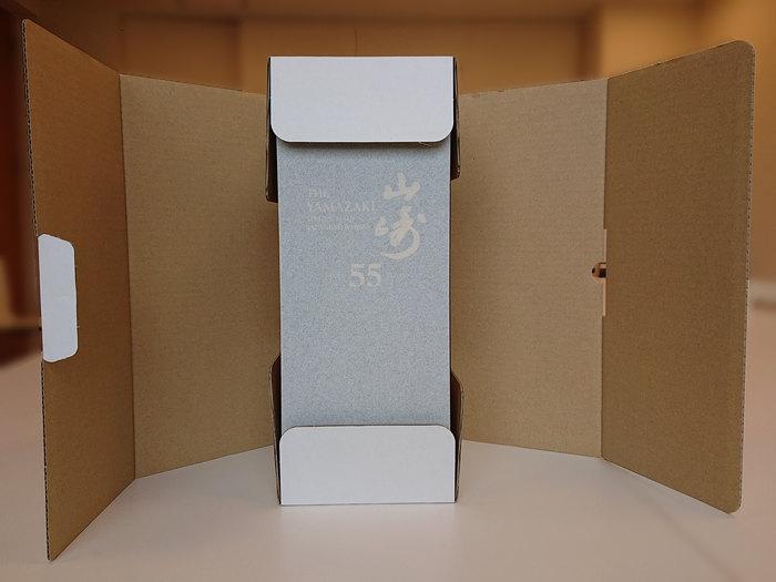 白い布地に包まれた山崎55年の箱